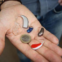 Høreapparater i håndflade