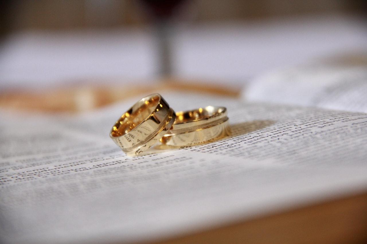 Guld ringe ligger på bog