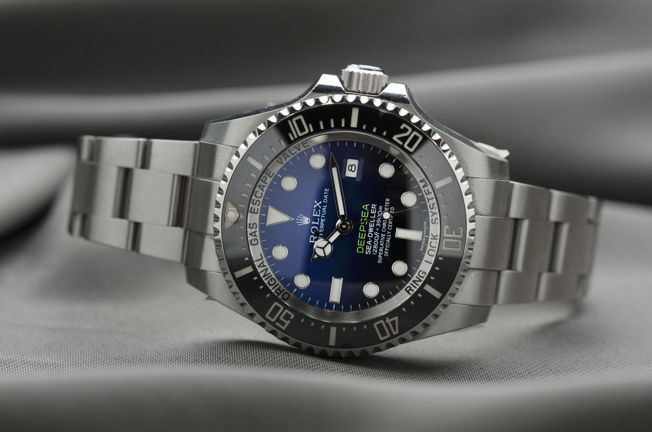Rolex ur der er blåt og gråt ligger ned