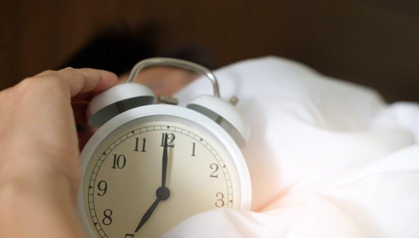 To mennesker sover med vækkeur