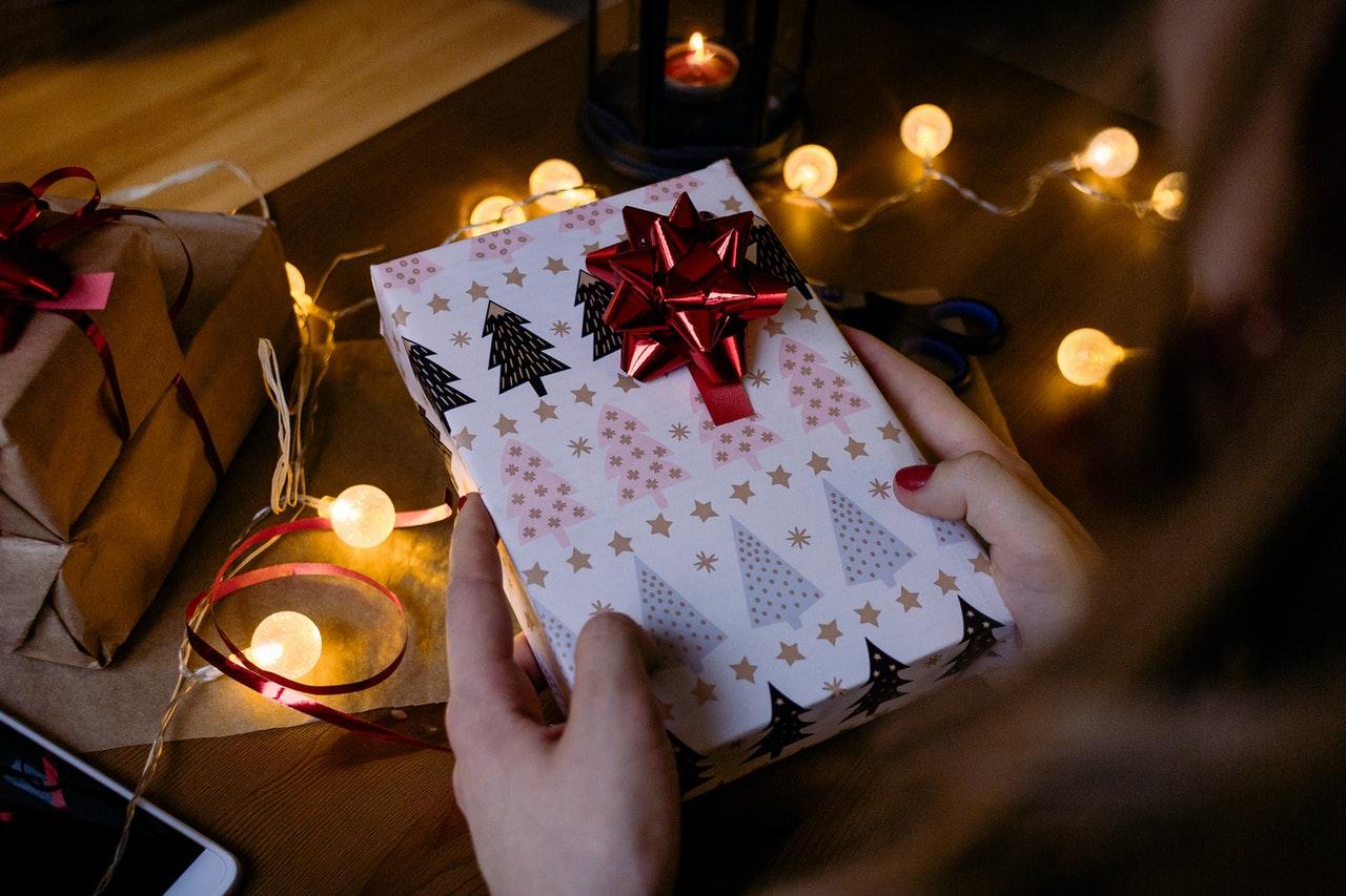 Person holder julegave